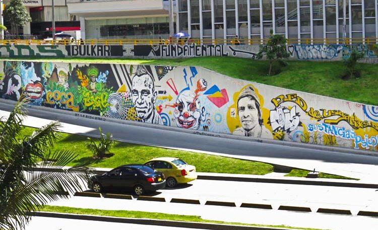 4. Rostros que divierten y miran los carros pasar junto a la Torre Colpatria.